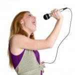 fioletowo ubrana dziewczyna śpiewa do mikrofonu